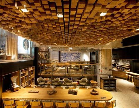 Starbucks en Amsterdam, diseñado con muebles y materiales reciclados
