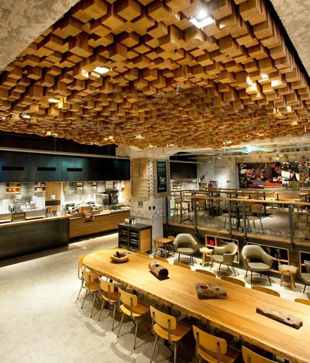 Starbucks en Amsterdam diseado con muebles y materiales reciclados