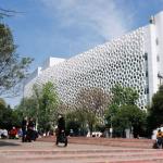 Cobertura de edificio en forma de panal combate el smog en México DF
