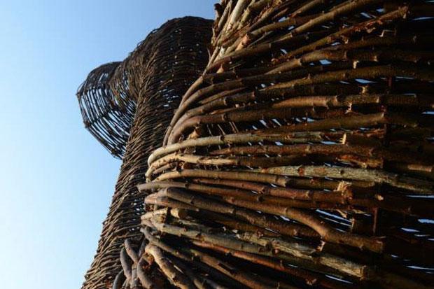 Beaubourg: una grandiosa escultura fabricada con ramas de abedul