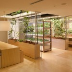 Una granja vertical interior y exterior en Tokio