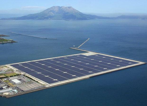 Una planta solar de 70MW con un volcán activo de fondo