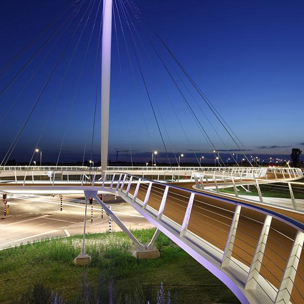 Rotonda colgante para bicicletas une tres localidades en Holanda