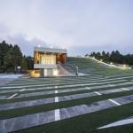 The forum, una sala enterrada con azotea verde