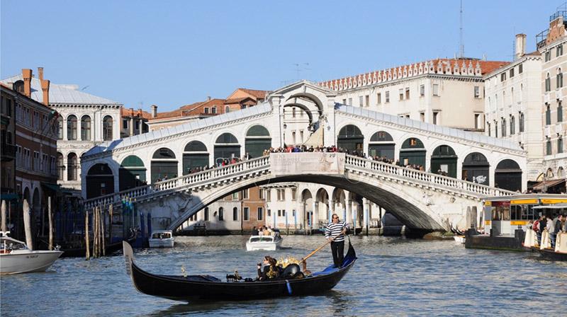 El-Puente-Rialto-en-Venecia