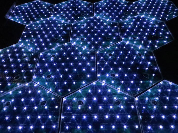Paneles que convierten la luz del sol y el movimiento en energía eléctrica