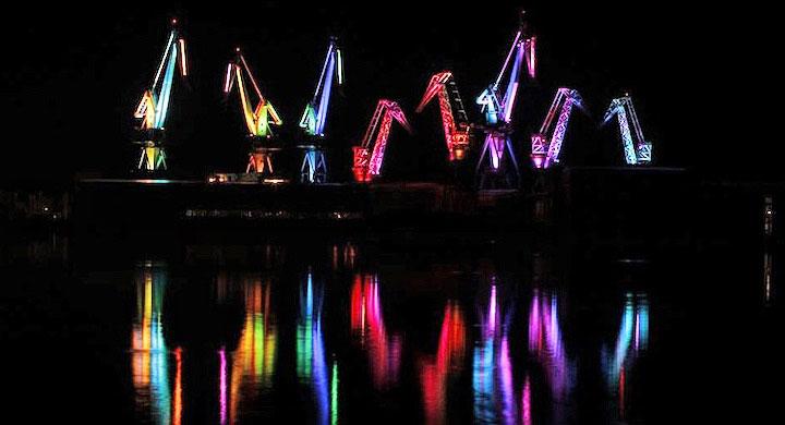 Grúas de astilleros iluminadas con LEDs de colores