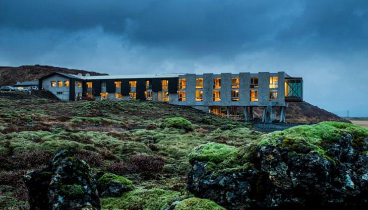 Un hotel sustentable rodeado de lava, géiseres y auroras boreales